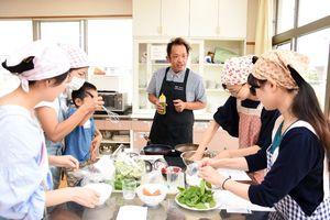 料理のコツを参加者に教える長谷川晋也さん(中央)=吉野ヶ里町の三田川児童館