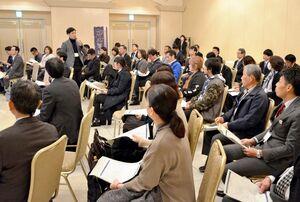 県内の事業者らが自己紹介などを通してマッチングを呼び掛けたネットワーク構築会議=佐賀市のグランデはがくれ