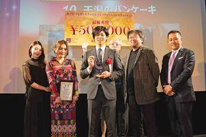授賞式に出席した西遼太郎さん(中央)=東京・渋谷の「ユーロライブ」