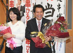 当選が決まり、笑顔を見せる大串博志さん(右)。左は妻の佳子さん=23日午後4時半ごろ、武雄市北方町の事務所
