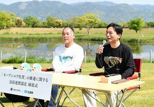 包括連携協定を結んだ山口祥義知事(右)とスノーピークの山井太(とおる)会長=吉野ケ里歴史公園