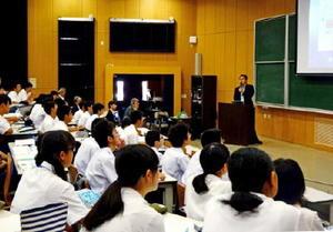海洋温度差発電についての説明を聞く高校1年生たち=佐賀市本庄町の佐賀大学