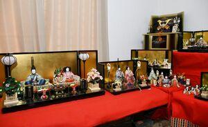 伴さんが作った色鮮やかな衣装をまとった佐賀錦のひな人形の数々=佐賀市