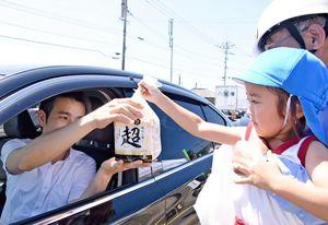 ドライバーなどに食パンやチラシなどを配った吉野ケ里保育園の園児=吉野ヶ里町