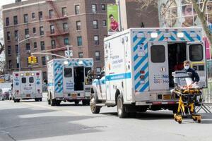 米ニューヨークの病院の前で列をつくる救急車=4日(AP=共同)