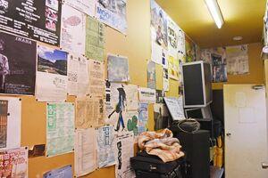 練習スタジオに通じる廊下の壁には張り出されていたライブのチラシ=唐津市二タ子のリキハウス