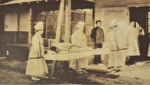 担架で負傷者を運ぶ救護員(明治時代)