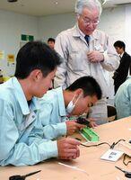 道具を使いながら模型の橋を作る生徒たち=佐賀市の市産業振興会館