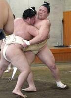 明生(左)と稽古する朝乃山=両国国技館内の相撲教習所