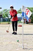 グラウンドゴルフ競争に参加したベトナム人技能実習生=神埼市神埼町の岩田公民館前広場