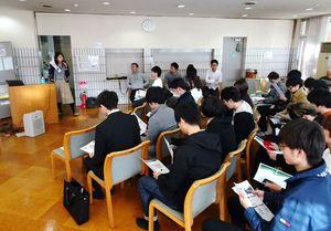 松濤学舎OBらが寮生のために開いた就職活動の勉強会=東京都小金井市