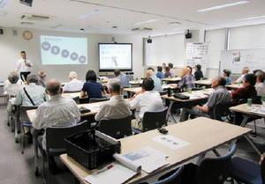 スターキー補聴器の池田マサキさんの話を聞く参加者=佐賀市の県聴覚障害者サポートセンター