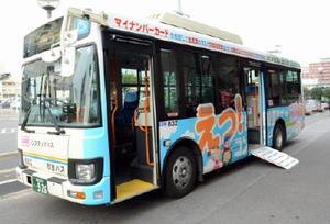バスの横に「印鑑証明・住民票がコンビニで」とPRするラッピングバス=佐賀市役所