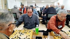 真剣な表情で囲碁を打つ参加者たち=鹿島市民交流プラザ「かたらい」(提供)