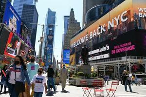 新型コロナウイルス流行が沈静化し、人出が戻り始めた米ニューヨーク市のタイムズスクエア=4月(共同)