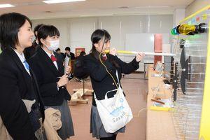 アイデアあふれる力作が並ぶ有田工高の卒業生作展=有田町の九州陶磁文化館