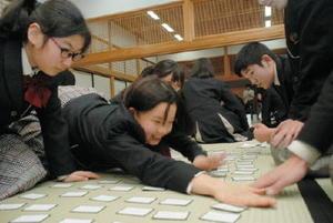素早く札を取る参加者たち=佐賀市の佐賀城本丸歴史館