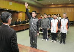 選手を代表し、最後まで走り抜くと誓う木村誠義さん=神埼市役所