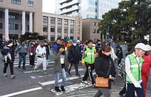 県庁前をスタートする参加者たち=佐賀市の佐賀県庁前