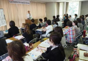 学童保育に求められる役割などについて学ぶ参加者=武雄市文化会館
