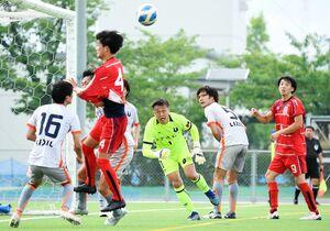 佐賀LIXIL-川副ク 後半、ゴール前で競り合う両チームの選手たち=SAGAサンライズパーク球技場