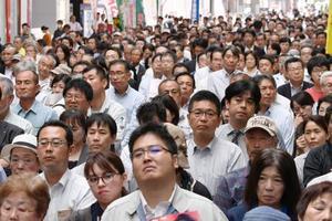 街頭演説で候補者の訴えを聞く大勢の有権者ら=13日午後、熊本市