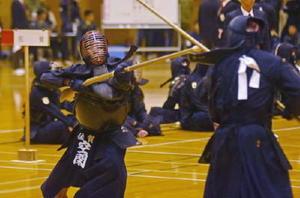 木銃を相手に突き刺す銃剣道大会。左は佐賀県チームで唯一、高校生で出場した空閑大都さん=唐津市鎮西町の鎮西スポーツセンター