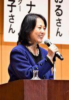 自身の介護経験や健康な生き方について語る杉田かおるさん=小城市のゆめぷらっと小城