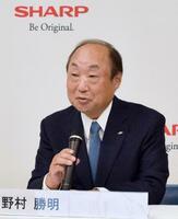 オンライン記者会見で決算を説明するシャープの野村勝明社長兼最高執行責任者=5日午後、堺市