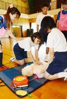 胸骨圧迫を練習中する生徒=佐賀市の小中一貫校芙蓉校