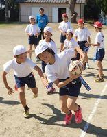 タグラグビーに汗を流す児童たち=唐津市肥前町の入野小