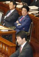参院本会議で、民進党の大塚代表(手前)の代表質問を聞く安倍首相。左は麻生財務相=21日午前
