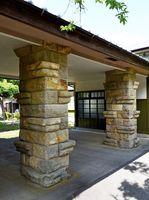 如蘭塾はフランク・ロイド・ライトの弟子・遠藤新が設計した。玄関の石柱はライト様式で、地元の三間坂石を使っている=武雄市武雄町