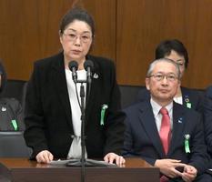 衆院厚労委で意見を述べる、「全国過労死を考える家族の会」の寺西笑子代表。右は連合の神津里季生会長=22日午前