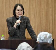 「共に支え、共に生きる」と題して講演する沼野尚美さん=佐賀市の県医療センター好生館