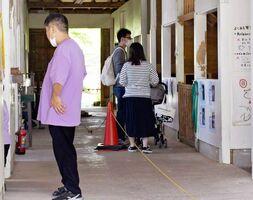 新型コロナの感染対策として、中央にロープを張って一方通行で見学するようにした施設=佐賀市三瀬村のどんぐり村