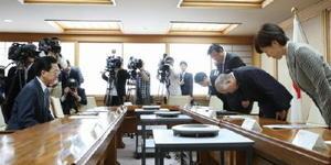 岩手県庁で達増拓也知事(左)に今村前復興相の発言などについて謝罪する吉野復興相(右から2人目)=1日午前