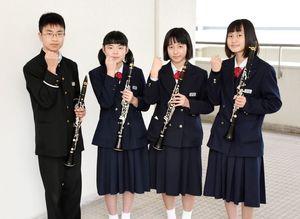 全日本アンサンブルコンテストに出場する吹奏楽部のメンバー。(右から)江越奈津希さん、末次優花さん、丸田ちひろさん、三島康生さん=佐賀市の昭栄中
