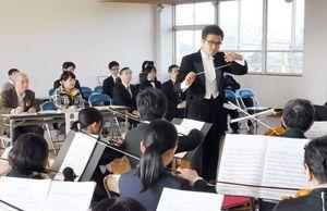 オーディションで指揮する柴田慎平さん=唐津市和多田の都市コミュニティセンター