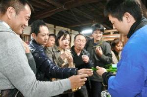 酒蔵ツーリズムで日本酒の試飲を満喫する来場者たち=昨年3月、鹿島市高津原の矢野酒造