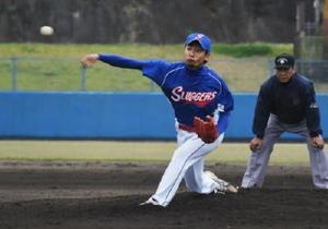粘りの投球で勝利をたぐり寄せたスラッガーズの本山智貴=伊万里市の国見台野球場