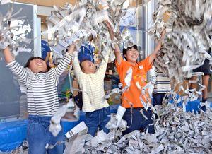 新聞紙プールで楽しく遊ぶ子どもたち