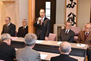 後援会事務所で再選への意気込みを語る塚部芳和氏=伊万里市立花町