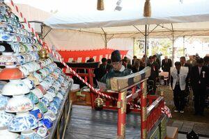役目を終えた茶わんを供養した有田のちゃわん祭りの神事=有田町赤坂のアリタセラ