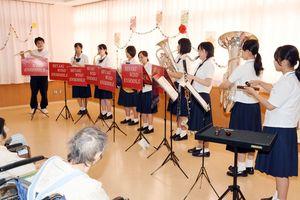 息の合った演奏を披露し患者らを楽しませる三養基高吹奏楽部員=みやき町の東佐賀病院