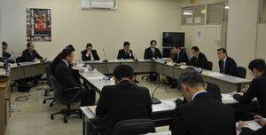 16日以降の定例会議事日程変更について協議した唐津市議会の議会運営委員会=唐津市役所