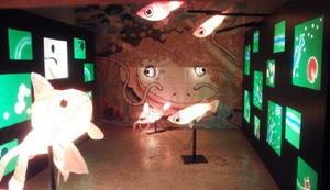 嬉野温泉商店街の空きスペースに設けられたスポット、通称「のぞき穴」。うれしのあったかまつりで披露される空間芸術「なまずの寝床」のイメージを伝えている=嬉野市嬉野町