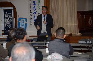 九州北部豪雨の被災状況を説明した九州大大学院工学研究院の島谷幸宏教授=嬉野市の塩田公民館