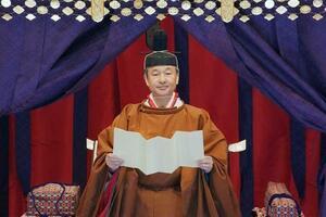 「即位礼正殿の儀」で、即位を宣言される天皇陛下=22日午後、宮殿・松の間(AP=共同)