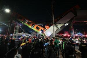 3日、メキシコ市で起きた高架線路崩落の現場で救出活動に当たる救助隊員(ゲッティ=共同)